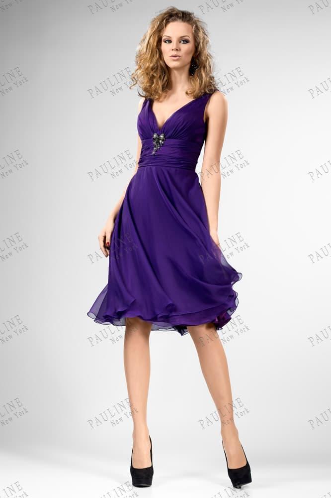 Фиолетовое вечернее платье с шифоновой юбкой и V-образным вырезом.