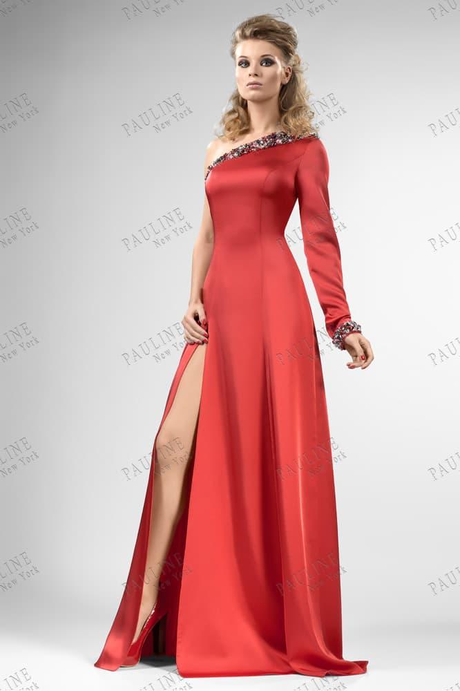 Атласное вечернее платье с асимметричным верхом и разрезом на прямой юбке.