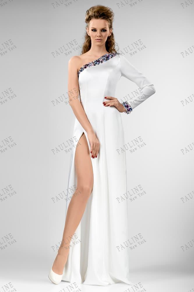 Прямое вечернее платье белого цвета с сияющим декором асимметричного лифа.