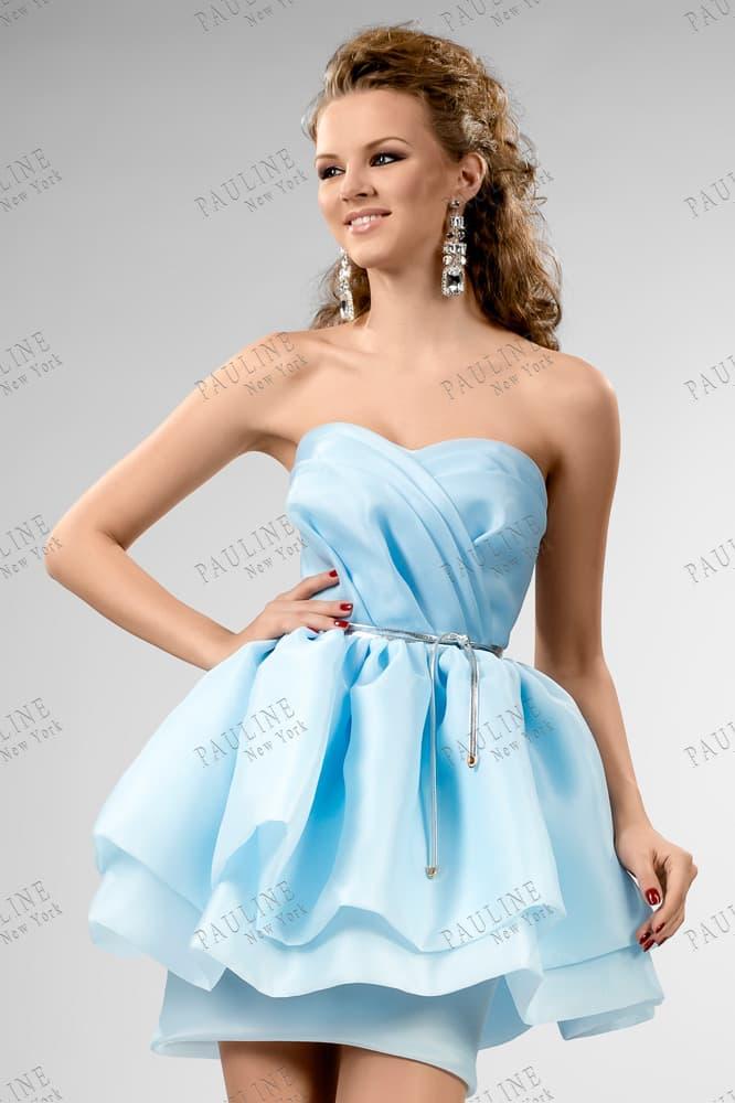 Короткое вечернее платье из нежного голубого атласа с лифом-сердечком.