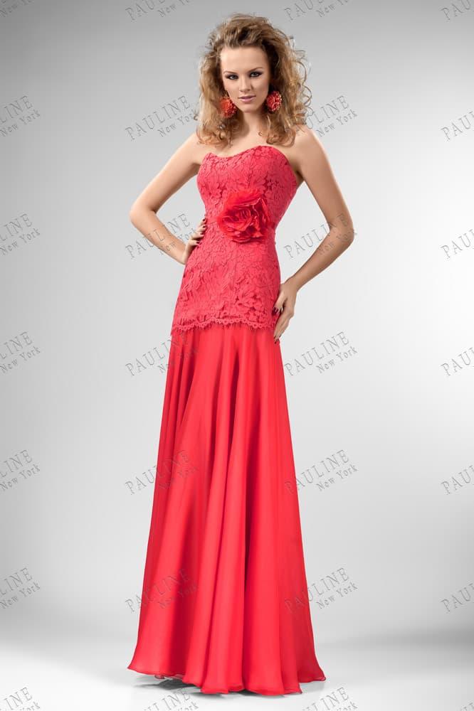 Прямое вечернее платье с заниженной талией и декором из кружева.