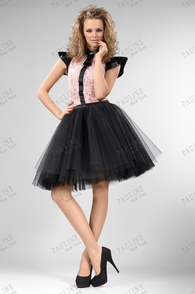 Пышное вечернее платье с черной юбкой до колена и розовым кружевом на лифе.