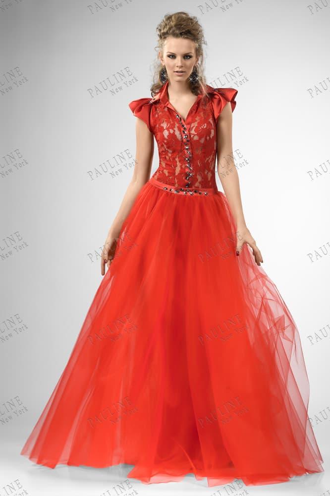 Пышное вечернее платье красного цвета с коротким атласным рукавом.