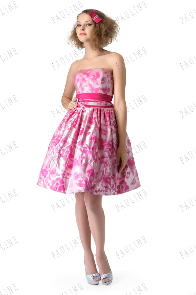 Вечернее платье с розовым принтом на ткани и поясом, украшенным бантом.