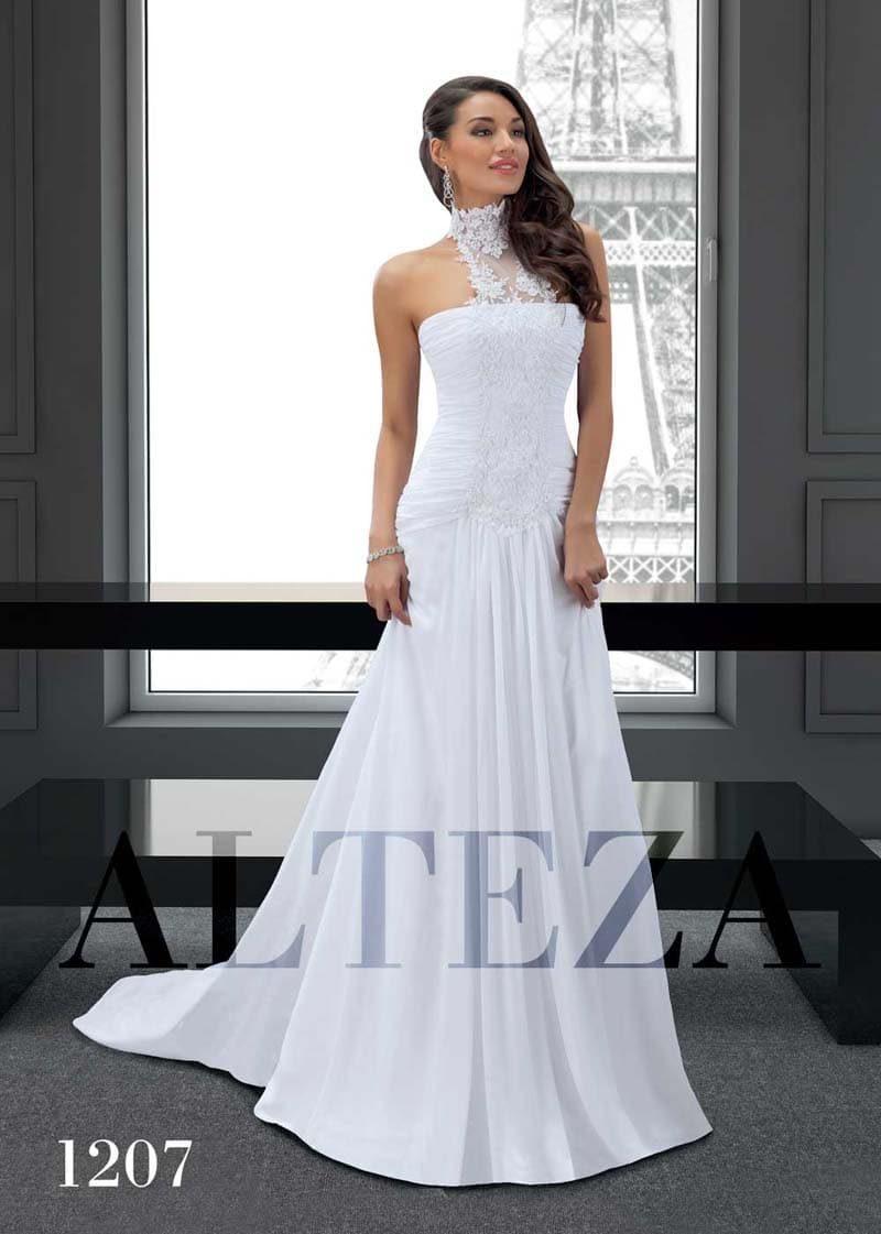 Оригинальное свадебное платье прямого кроя со шлейфом и кружевным воротником.