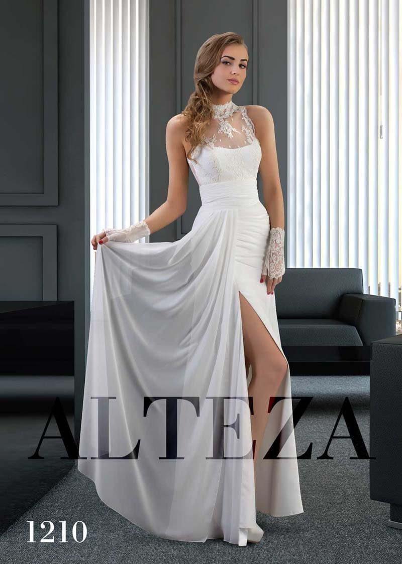 Свадебное платье с воротником-стойкой из кружева и разрезом на юбке.
