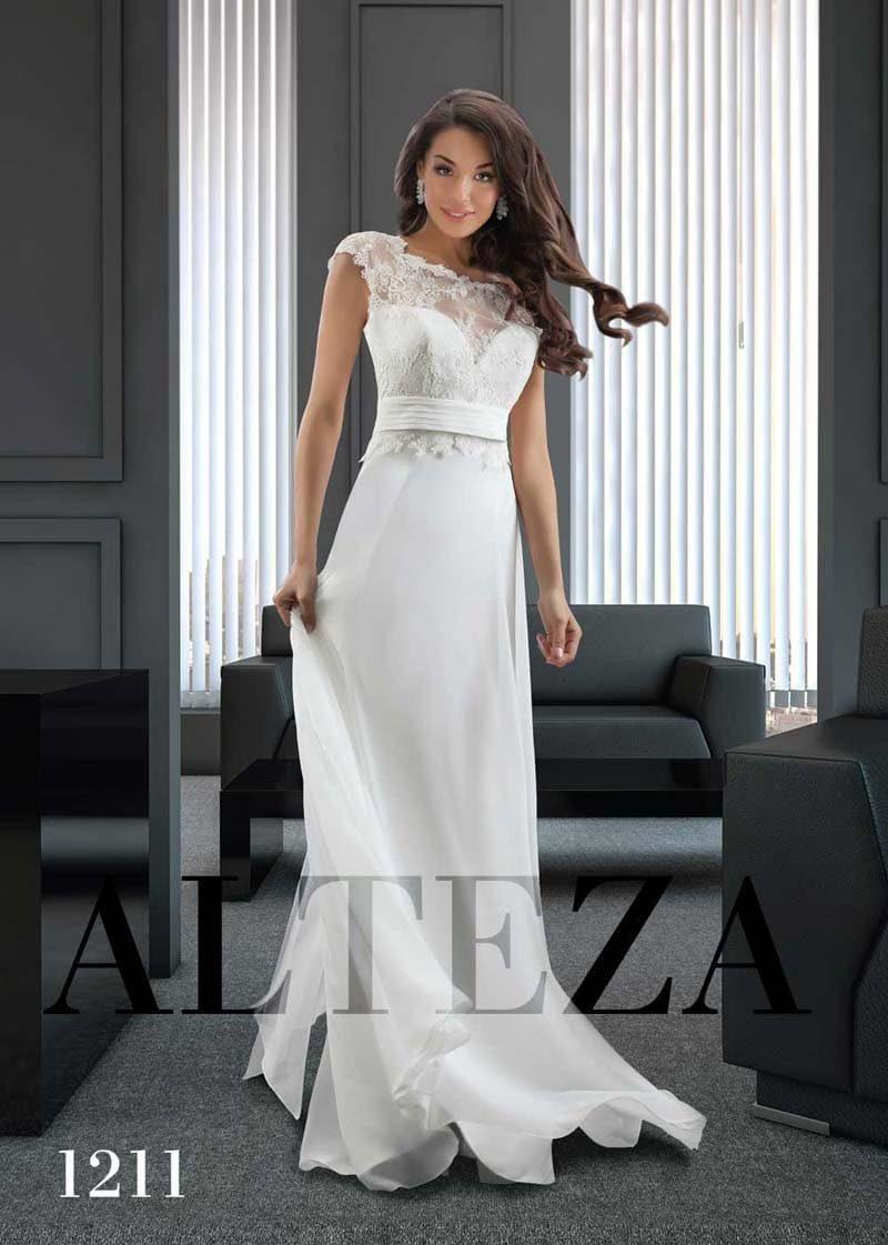 Прямое свадебное платье с закрытым кружевным лифом и шифоновым подолом.