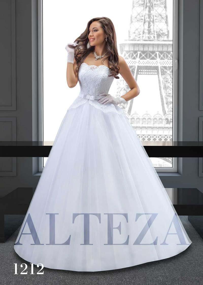 Пышное свадебное платье с классическим открытым корсетом с кружевом.
