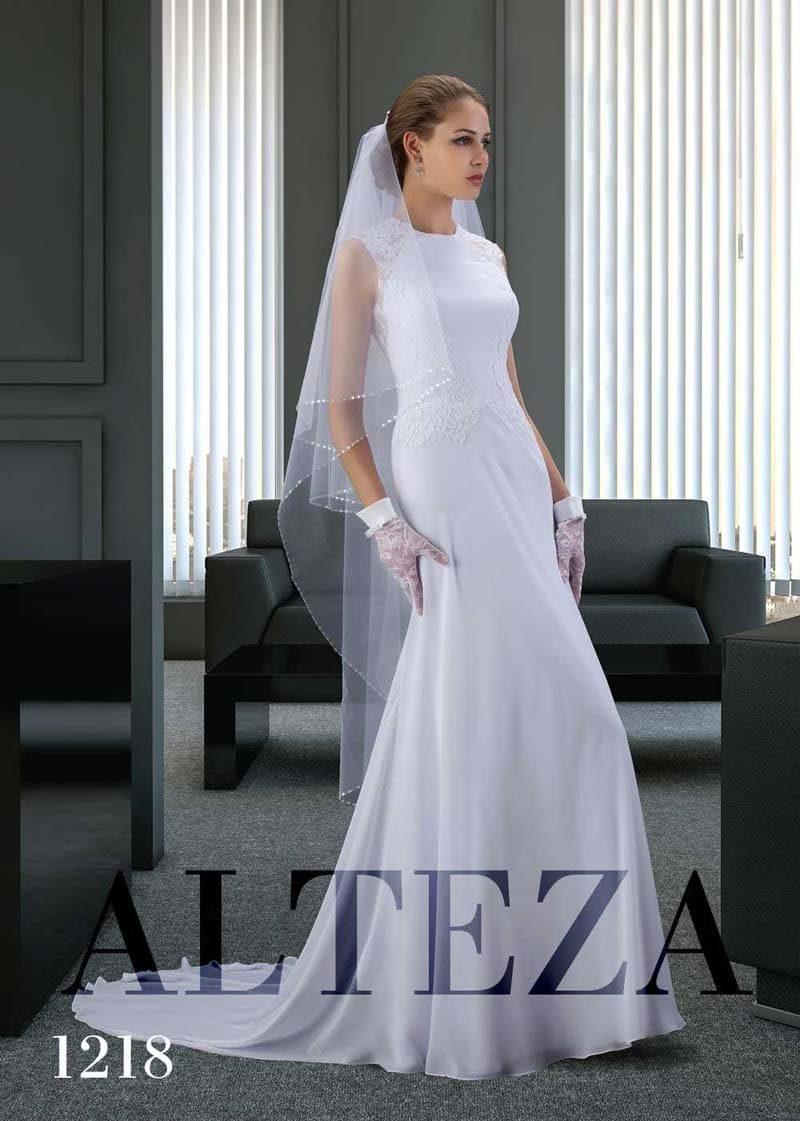 Облегающее свадебное платье со сдержанным вырезом под горло и шлейфом.
