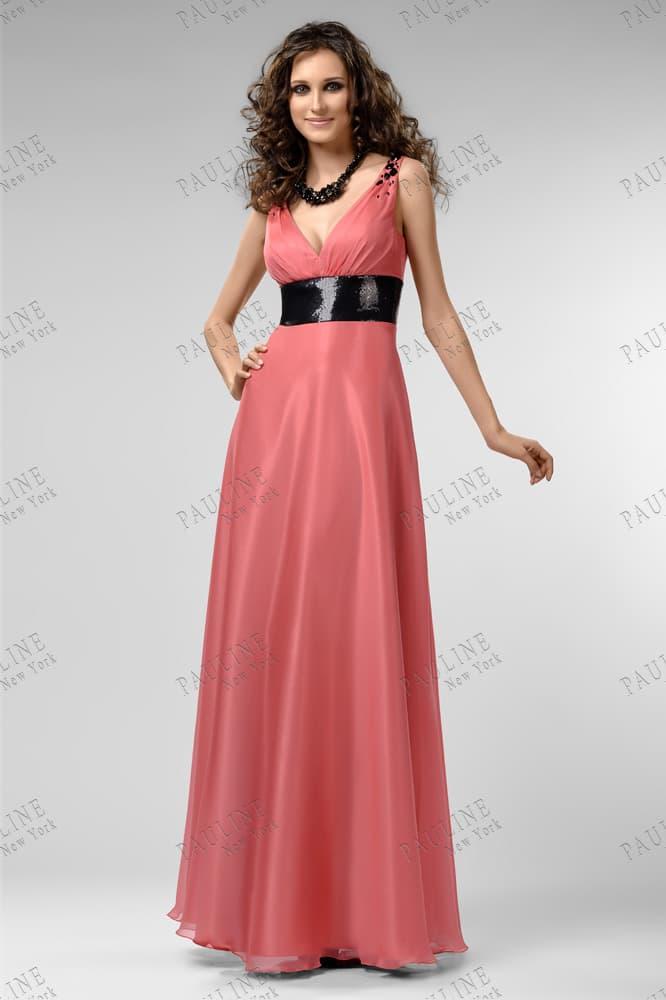Прямое вечернее платье приглушенного розового цвета с черным поясом.