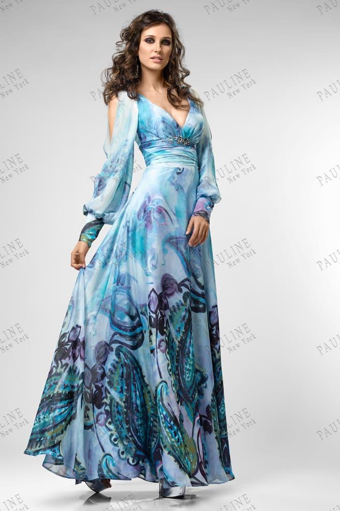 Голубое вечернее платье с эффектным принтом и длинным рукавом.
