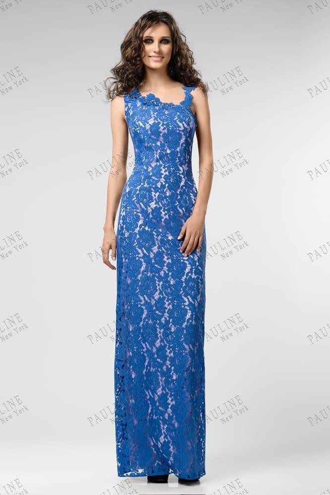 Белое вечернее платье покрытое синим кружевом, с асимметричным лифом.