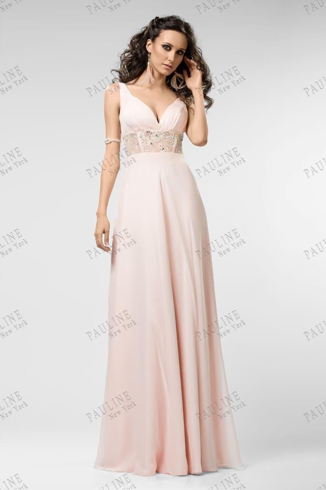 Нежное вечернее платье пудрового оттенка с длинной юбкой прямого кроя.