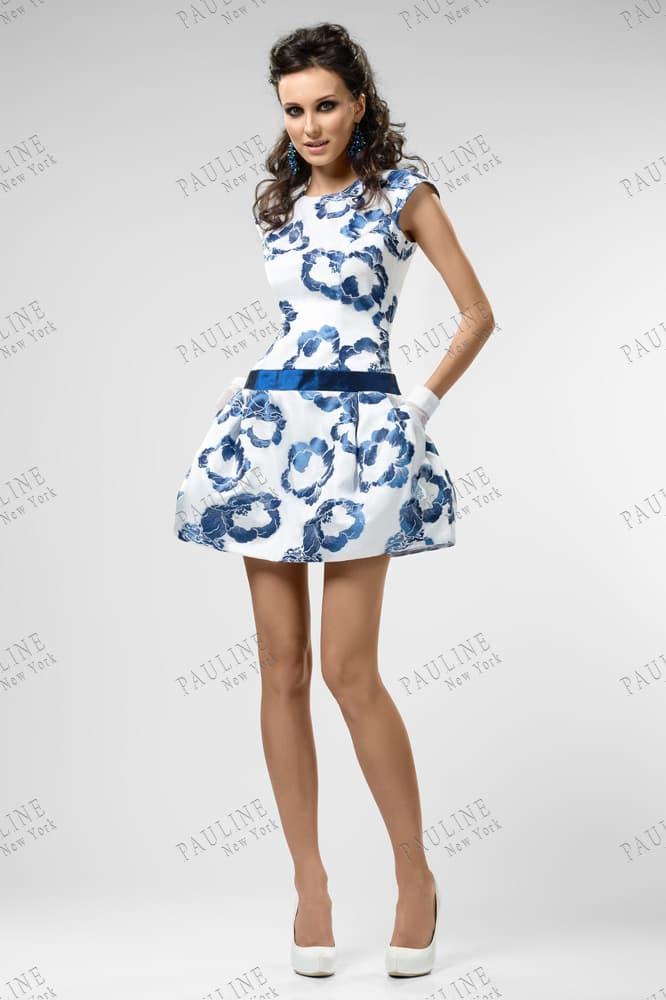 Белое вечернее платье с голубым принтом и юбкой до середины бедра.