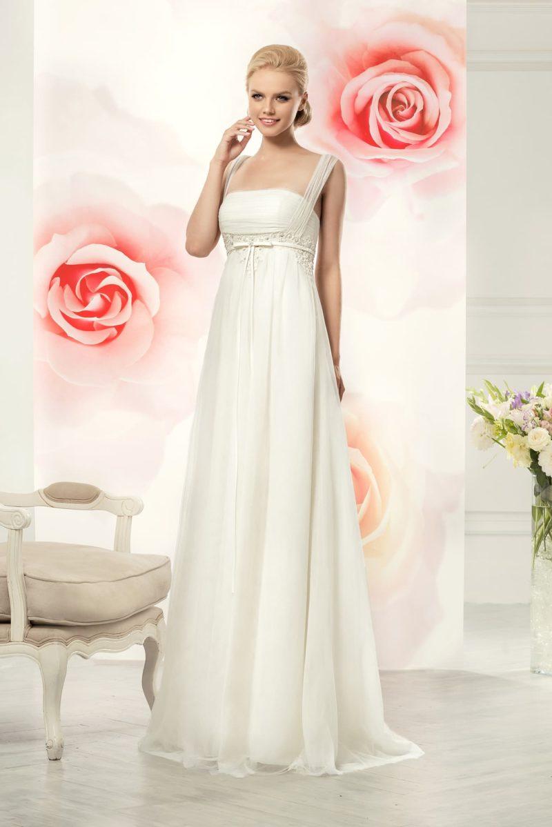 Ампирное свадебное платье с утонченным лифом, узким поясом и широкими бретелями.