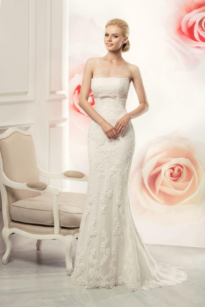 Свадебное платье «рыбка» с кружевной отделкой, лифом прямого кроя и узким поясом под ним.