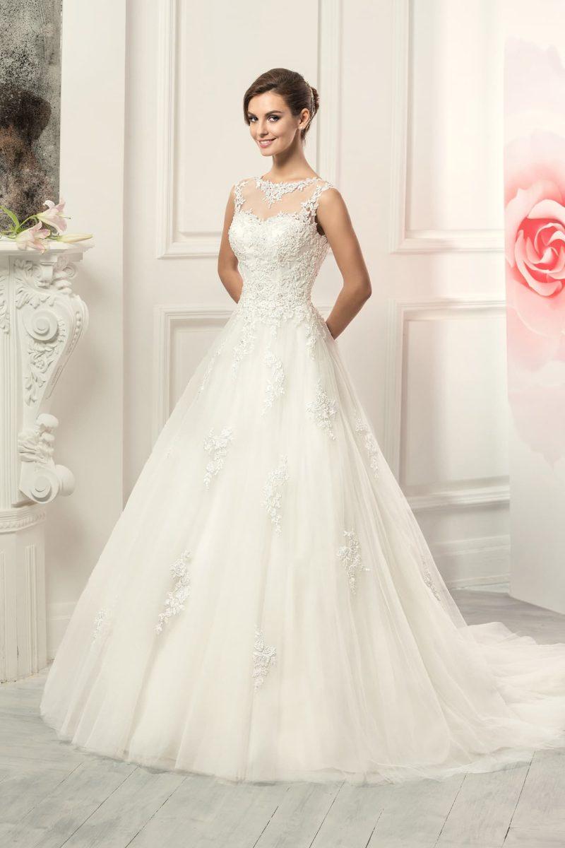 Классическое свадебное платье «принцесса» с утонченным кружевным декором лифа и спинки.