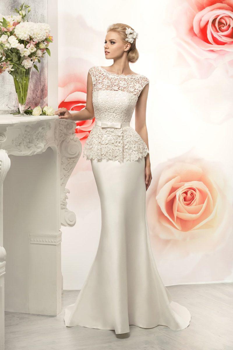 Великолепное свадебное платье облегающего кроя с атласной юбкой и верхом из кружевной ткани.