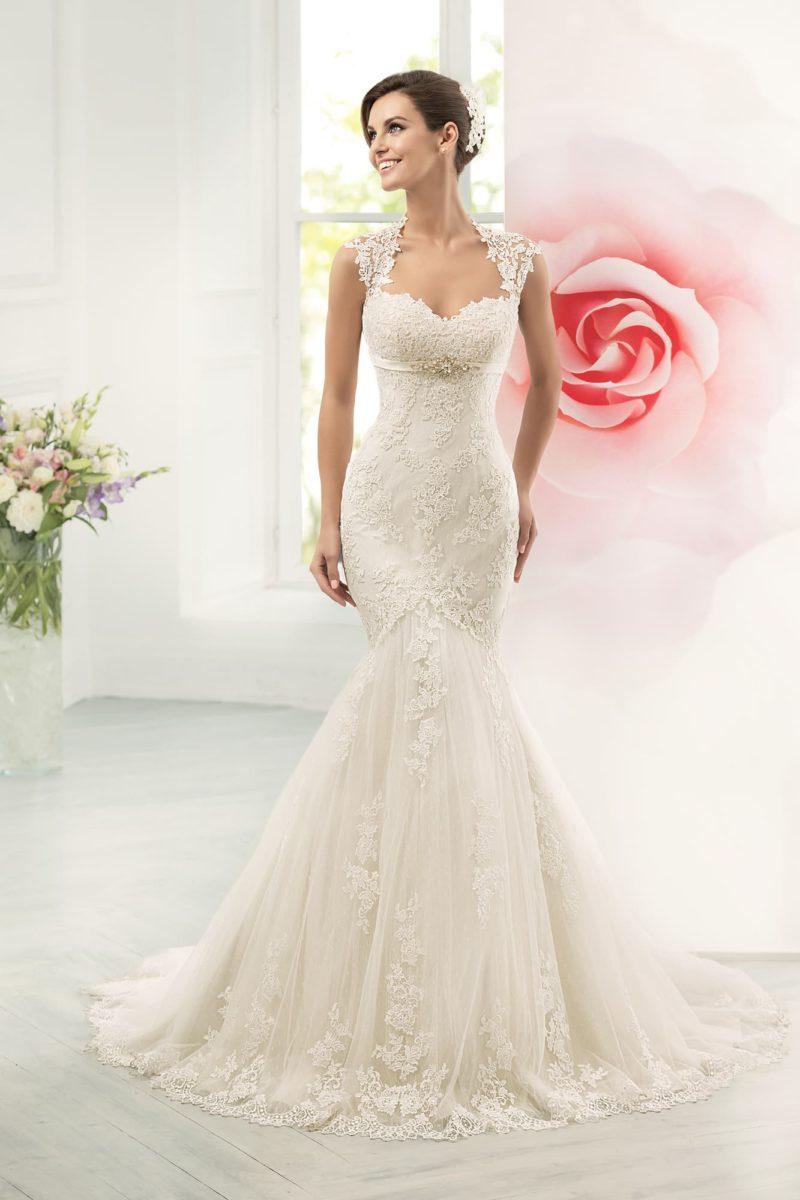 Фактурное свадебное платье облегающего кроя, с открытой спинкой и широкими бретелями.
