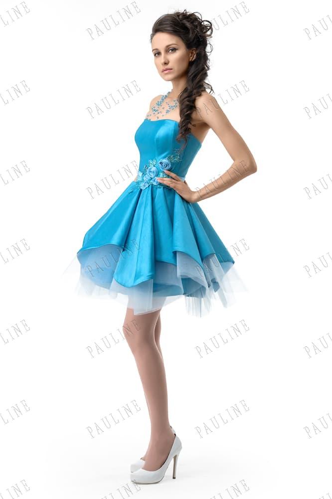 Пышное вечернее платье голубого цвета с цветочными бутонами на талии.