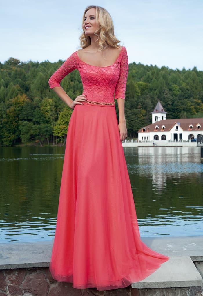 Малиновое вечернее платье с округлым декольте и кружевным рукавом в три четверти.