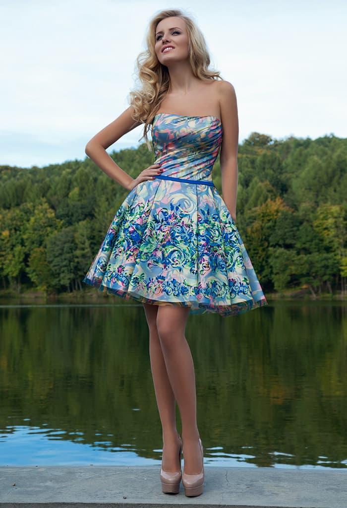 Короткое вечернее платье из атласной ткани с цветочным узором с узким поясом и пышным низом.