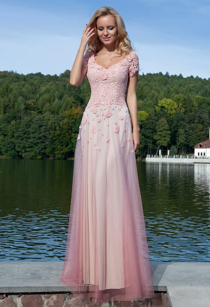 Прямое вечернее платье с короткими рукавами и полупрозрачным верхом юбки.