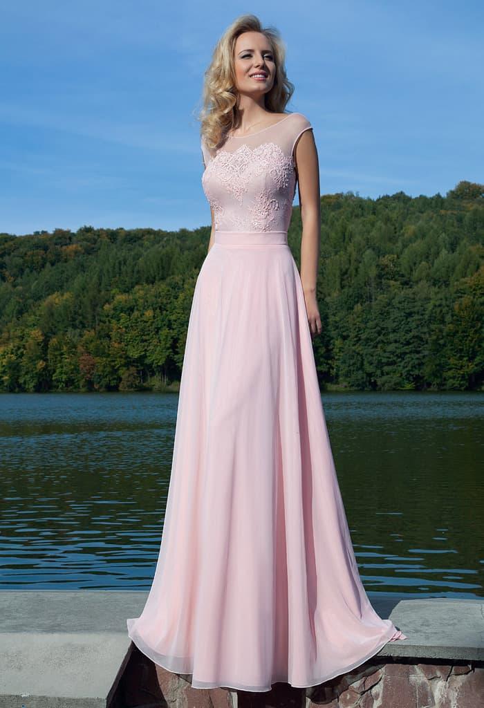 Нежное вечернее платье розового цвета с открытой спинкой и лаконичным прямым кроем.