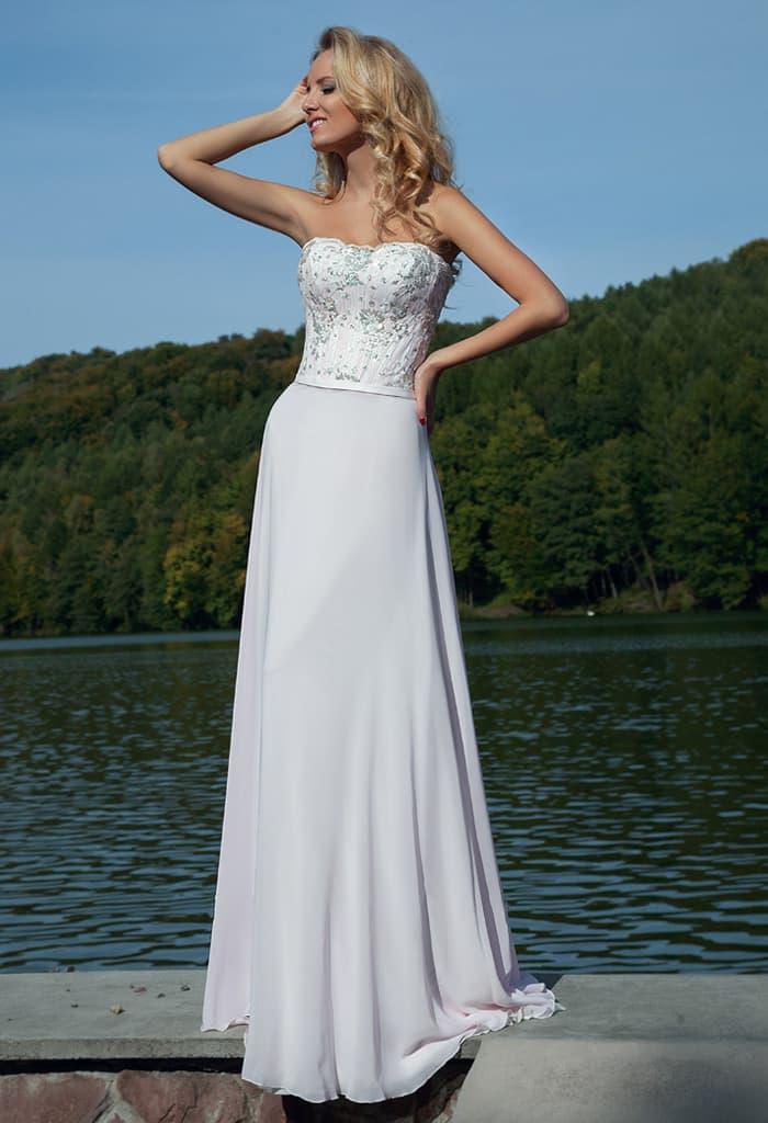 Деликатное вечернее платье белого цвета с бисерной вышивкой на открытом корсете.