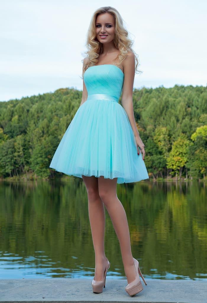 Нежное вечернее платье длиной чуть выше колена, с пышной юбкой и прямым декольте.