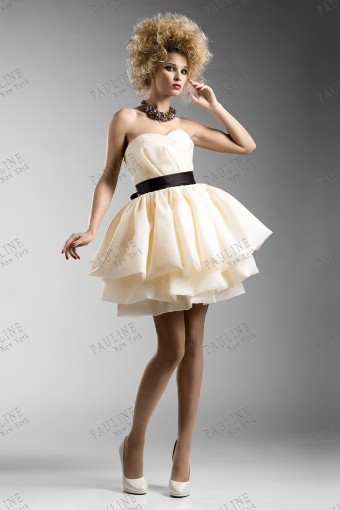 Светло-желтое вечернее платье с короткой пышной юбкой.