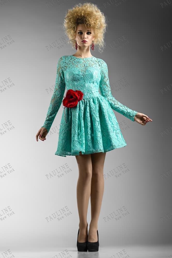 Кружевное вечернее платье голубого цвета с короткой юбкой и вырезом сзади.