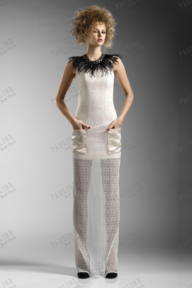 Прямое вечернее платье с полупрозрачной юбкой и перьями на воротнике.