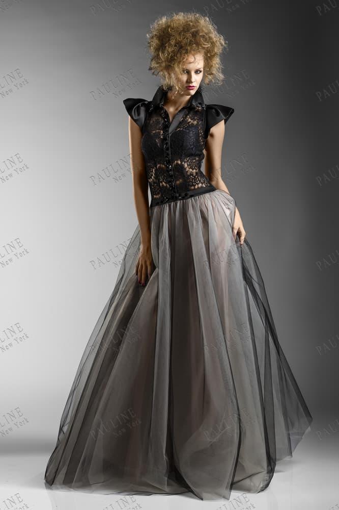 Серое вечернее платье с пышной юбкой и черным атласным рукавом.