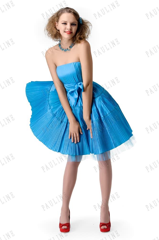 Голубое вечернее платье с короткой плиссированной юбкой.