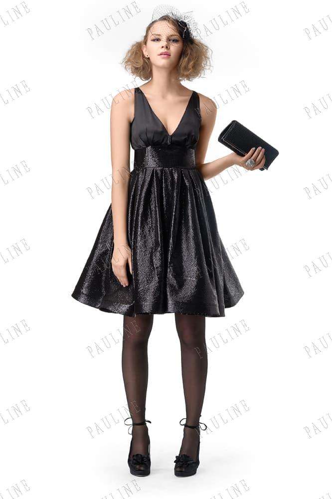 Глянцевое вечернее платье черного цвета с пышной юбкой до колена.