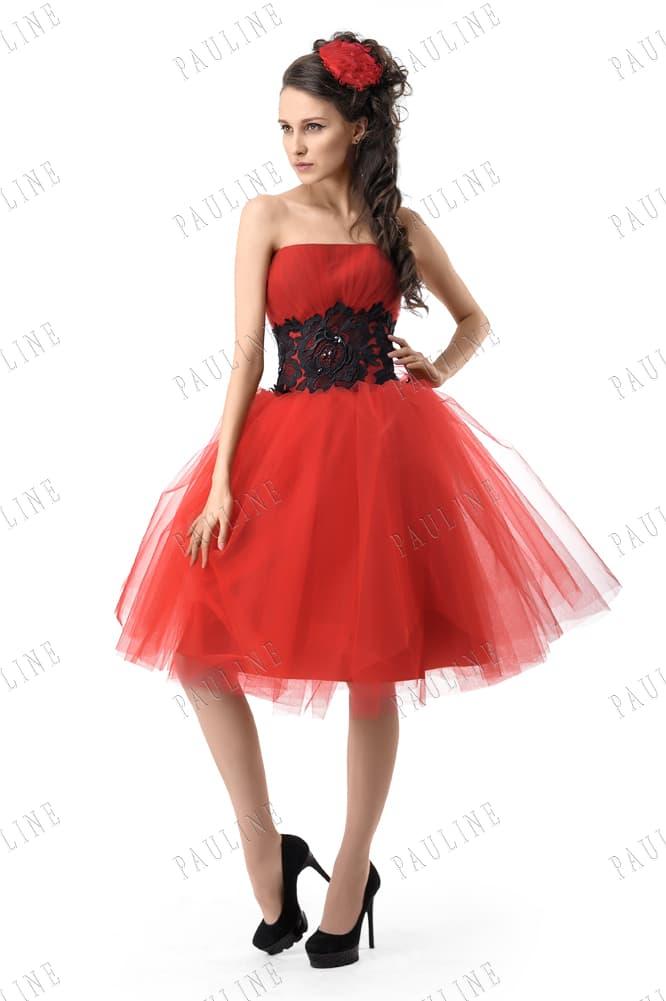 Пышное вечернее платье алого цвета с черным кружевом на талии.