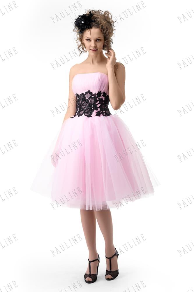 Розовое вечернее платье с черным кружевом на талии и пышной юбкой.