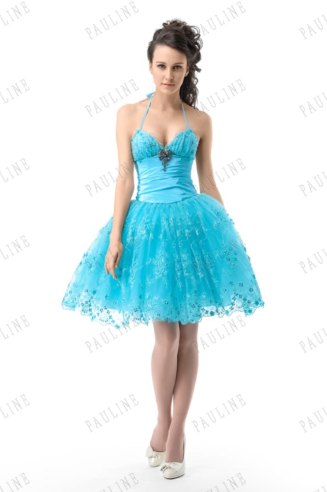 Яркое вечернее платье голубого цвета с пышной юбкой с аппликациями.