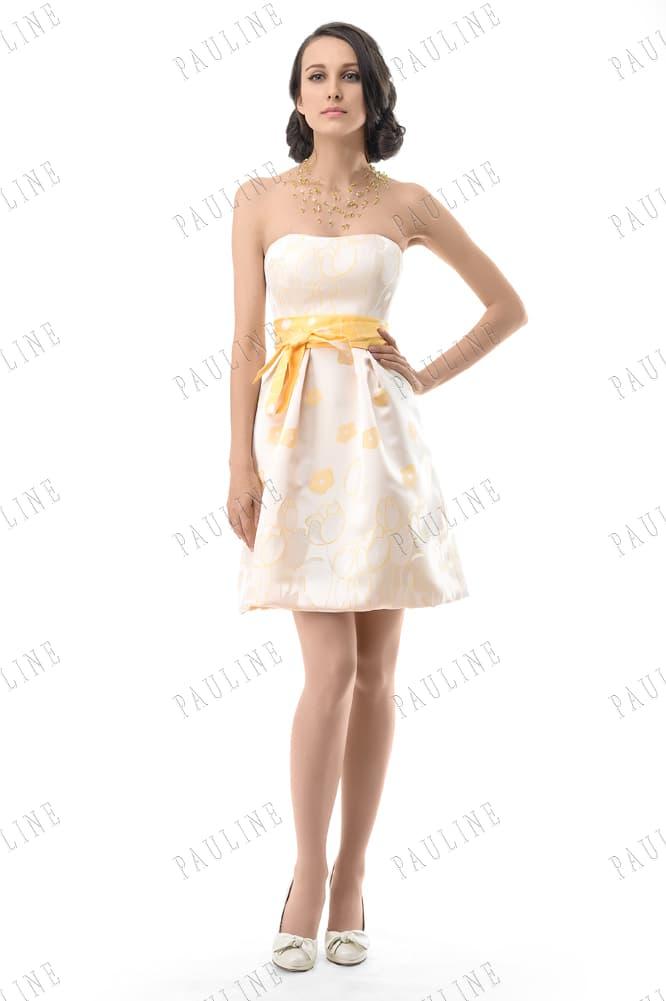 Светло-желтое вечернее платье из атласной ткани с ярким поясом.
