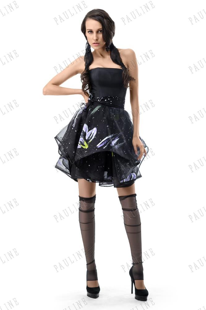Вечернее платье черного цвета с блестящей вышивкой на юбке.