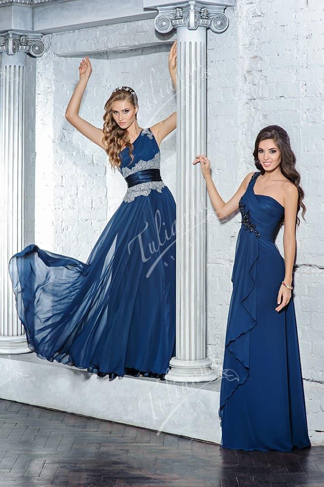 Прямое вечернее платье с асимметричным верхом и кружевом на талии.