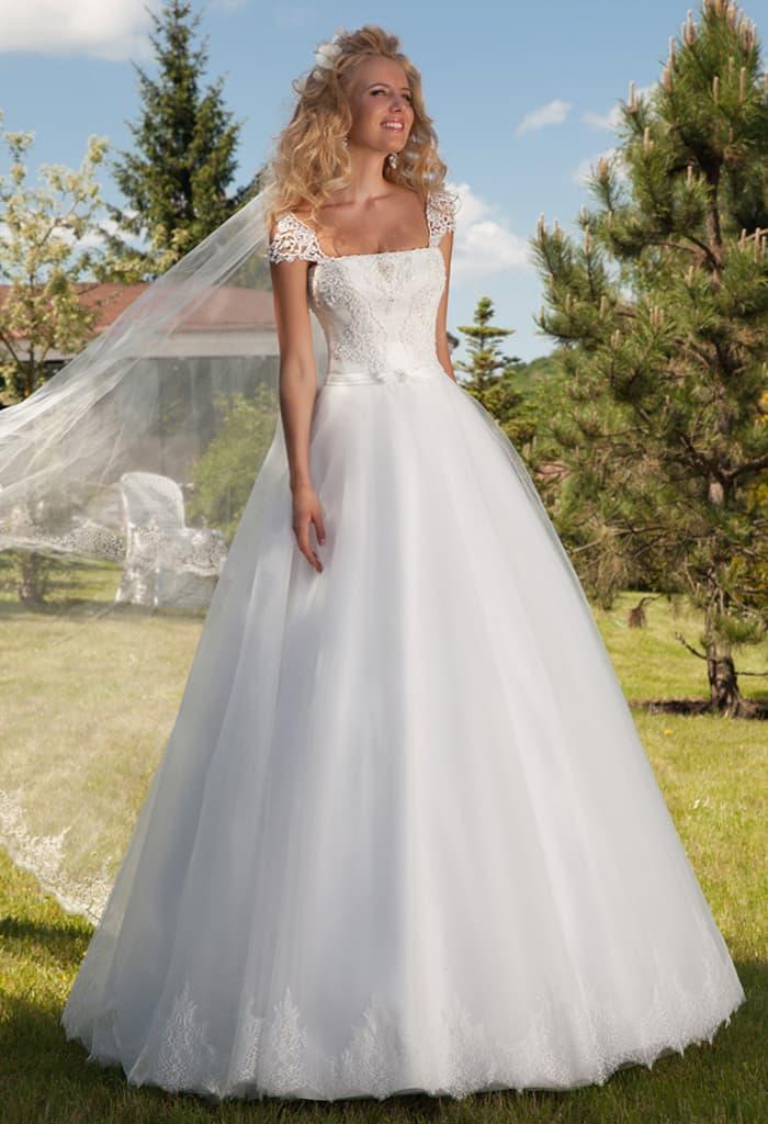 Торжественное свадебное платье с кружевными бретелями и прямым декольте.