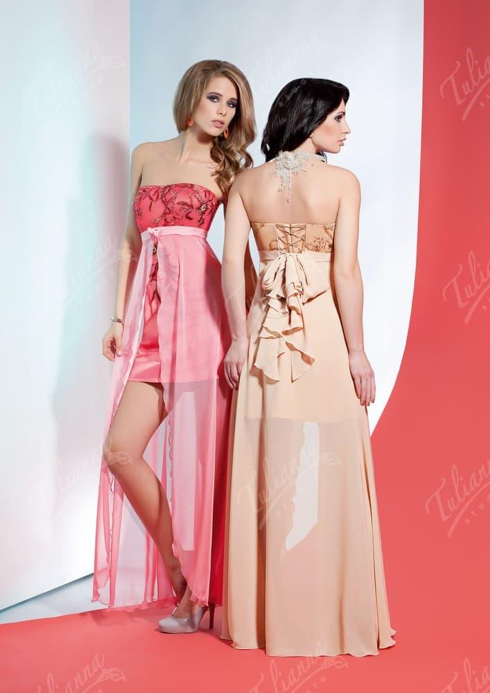 Романтичное вечернее платье с прозрачной верхней юбкой и открытым лифом.
