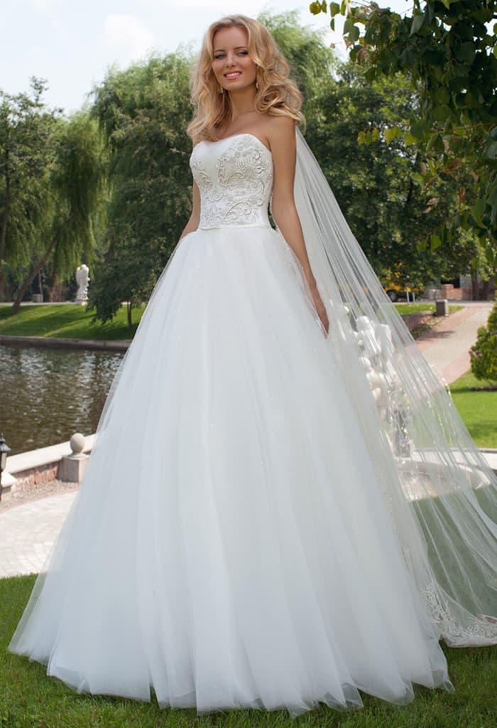 Элегантное свадебное платье пышного кроя с фактурным открытым корсетом.