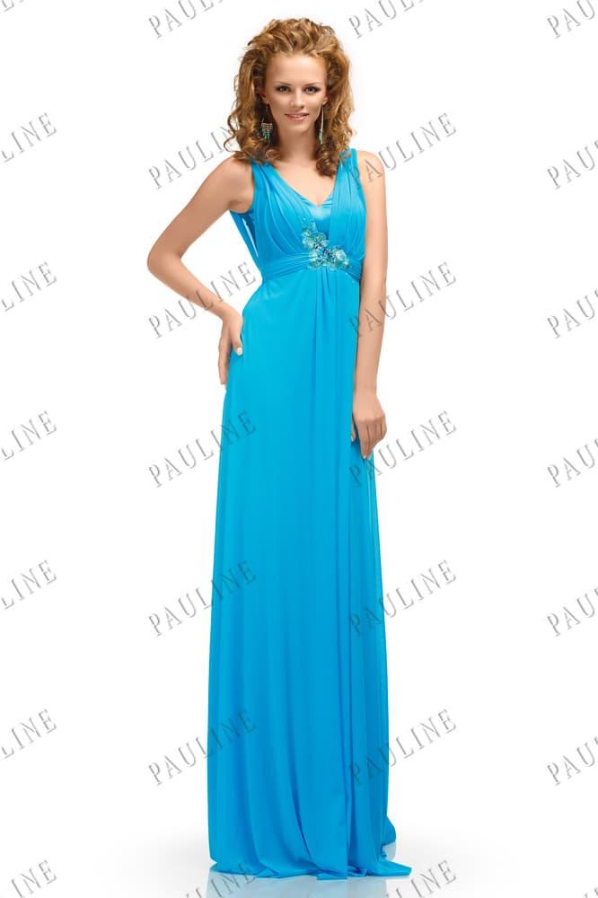 Прямое вечернее платье насыщенного голубого цвета с изящным вырезом.