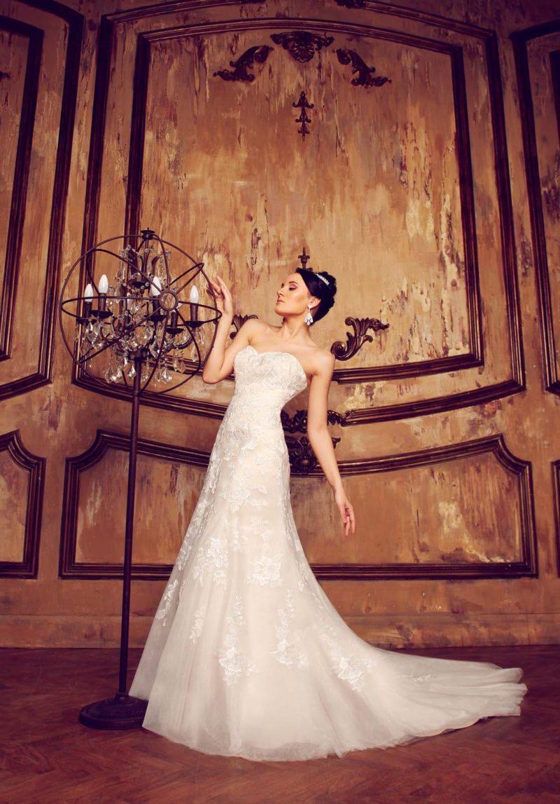 Женственное свадебное платье «русалка» с открытым лифом в форме сердца и кружевными аппликациями.