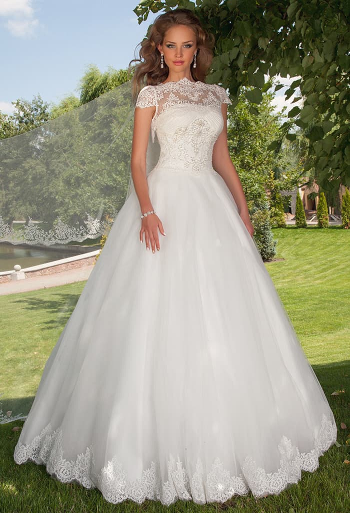 Пышное свадебное платье с коротким кружевным рукавом и фигурным вырезом.