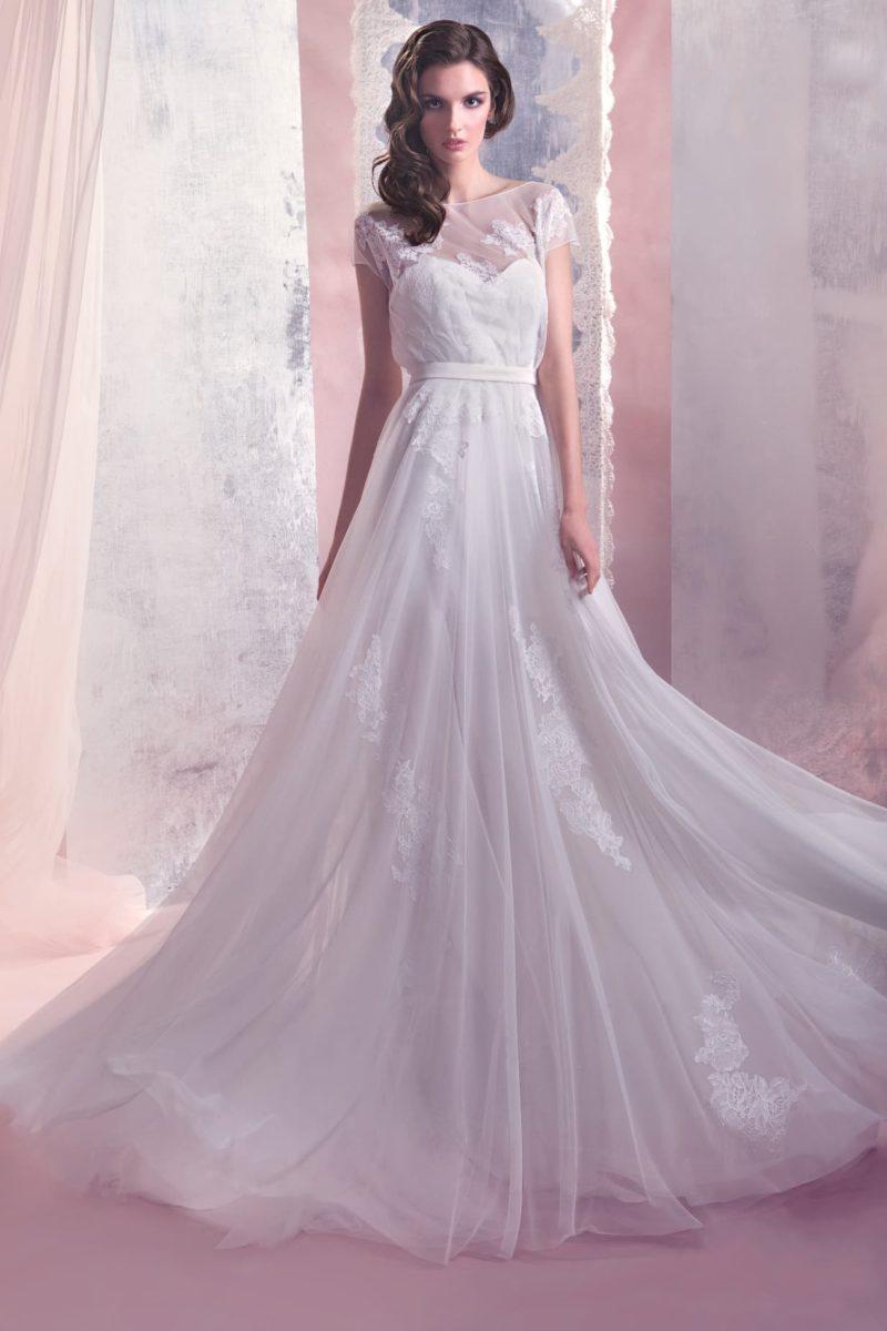 Прямое свадебное платье элегантного кроя с округлым вырезом и короткими рукавами из тонкой ткани.