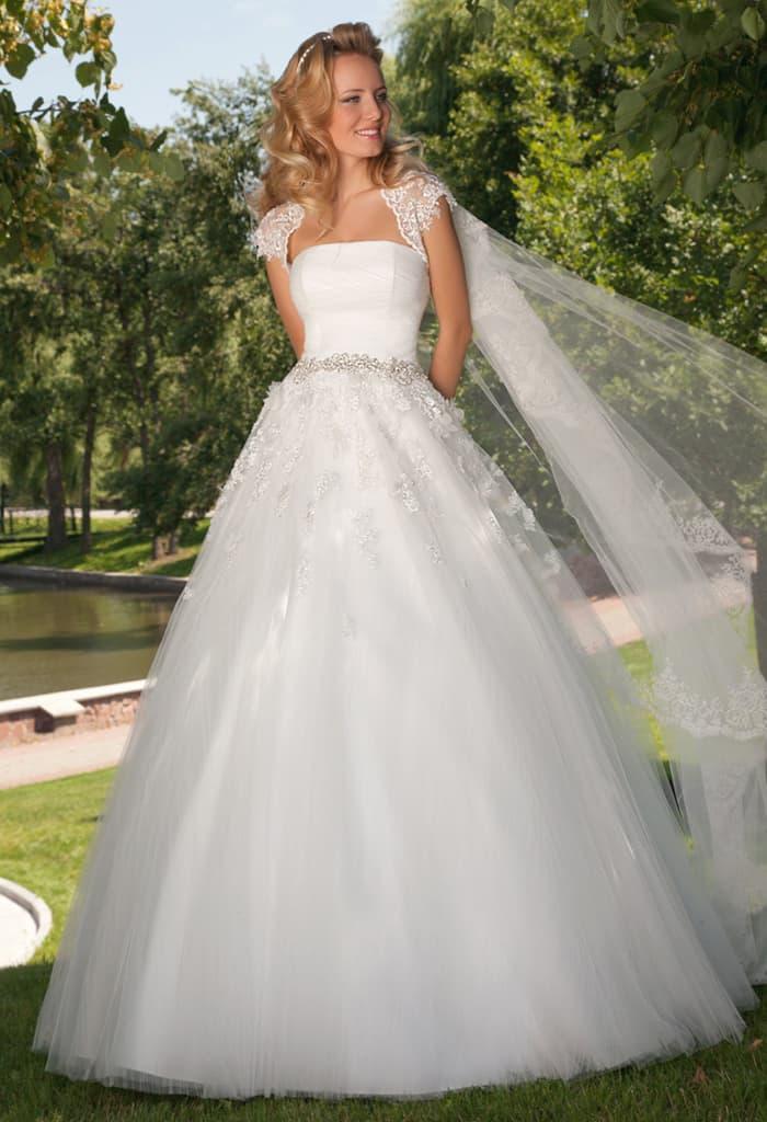 Воздушное свадебное платье с открытым лифом прямого кроя и болеро.